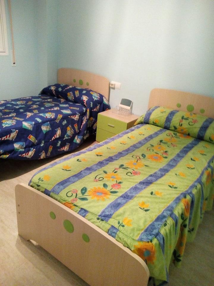 Habitación de dos camas individuales muy acogedora