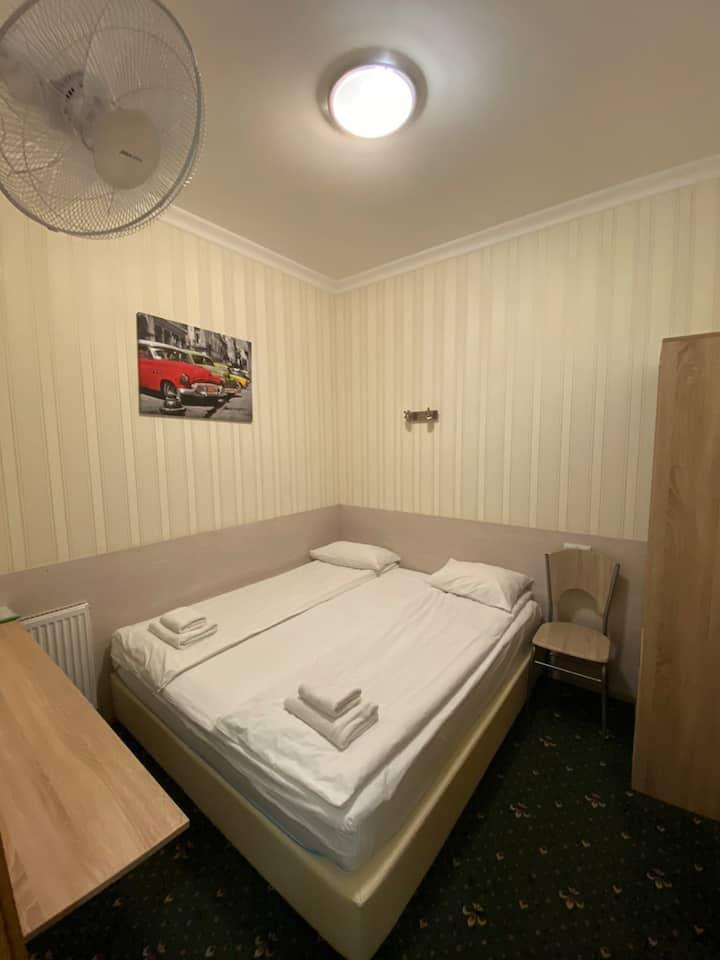 Уютный номер без окна в отеле в длительную аренду