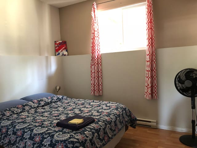 Large Room Queen Bed, 2 km from Parliament Hill