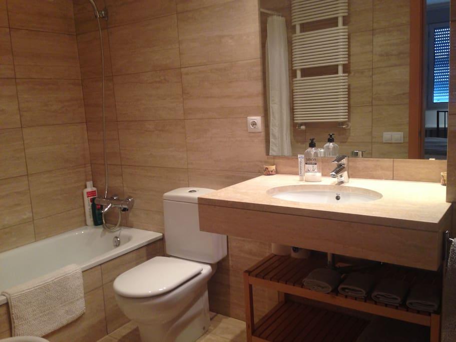 El baño privado de la habitación con bañera y vided.