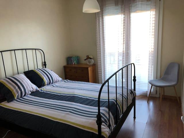 La chambre avec lit 140cm + drap fourni