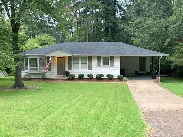 Cute cottage, quiet neighborhood 1 mile from  MSU