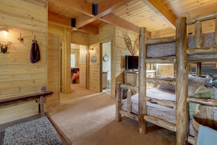 Lakeview cabin with a private hot tub, wood fireplace, balcony, and grill