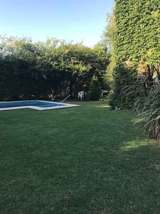 pileta con amplio jardin