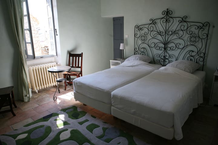 Double room with bathroom in a 16th century house - Argelliers - Αρχοντικό