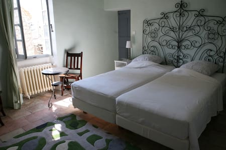 Double room with bathroom in a 16th century house - Argelliers