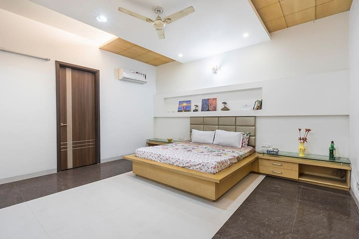 Suite Room+WiFi+Brfst+Kitchen+AC, Nr Golden Temple