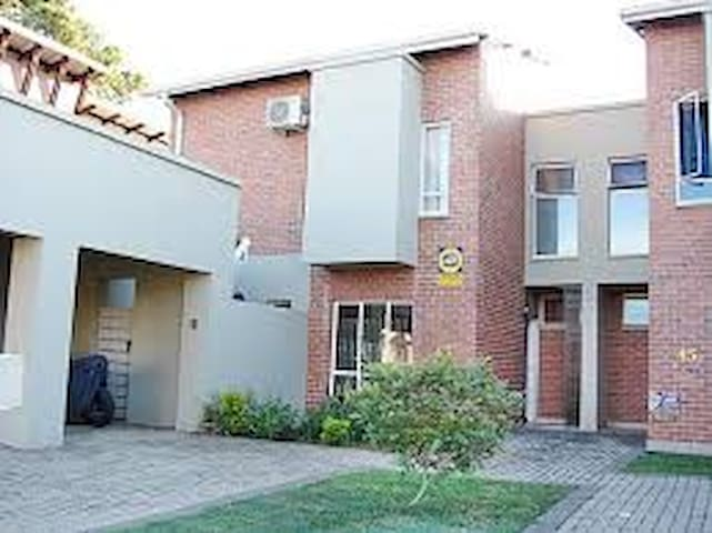 2 Bedroom house 1km from the Nelspruit CBD. - Nelspruit - Apartment