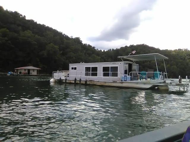 Floating house Norris Lake at Hickory Star Resort
