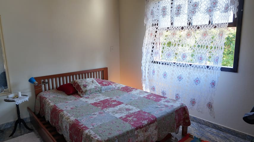 A Casa Azul tem o quarto lateral, de casal, bem confortável com aquecedor.