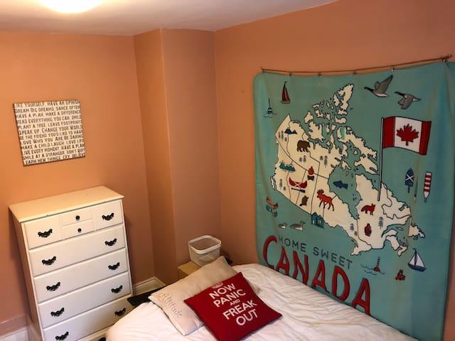 Toronto cozy room- Females only
