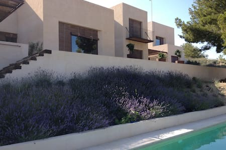 Design villa + guesthouse 10 min from the beach. - Aigües