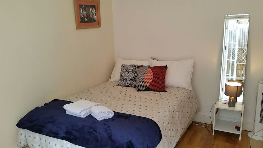 Fashionable double bedroom w/ garden, St Margarets