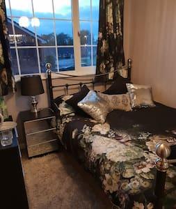 Luxurious Romantic Double, Smart TV. Inc Breakfast