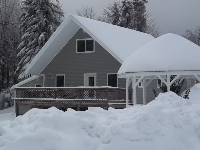 Chalet 4 bedroom+den out side hot tub Mt Snow