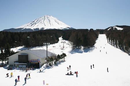 河口湖IC~1分!富士急まで徒歩5分!スキー場にもアクセス良!木が香る山小屋風ロフトルーム! - Fujiyoshida-shi