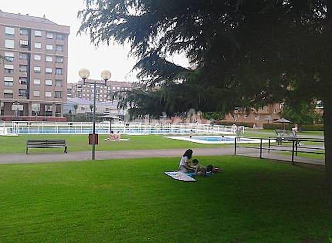 APTO. LUJO WIFI -PISCINAS-TENIS- BASKET-GARAJE - Logroño - อพาร์ทเมนท์