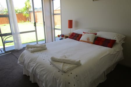 Shoreline bnb, modern self contained accommodation - Whangamata