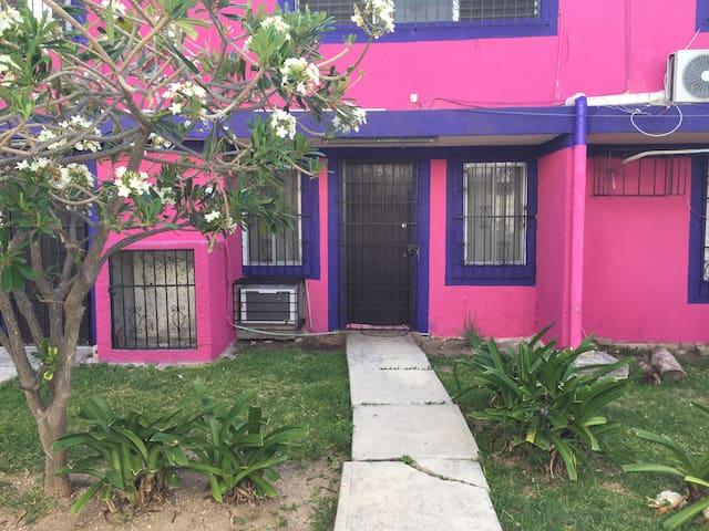 """Fachada de mi """"MiCaSiTa"""", alojamiento privado, con acceso directo de la calle"""