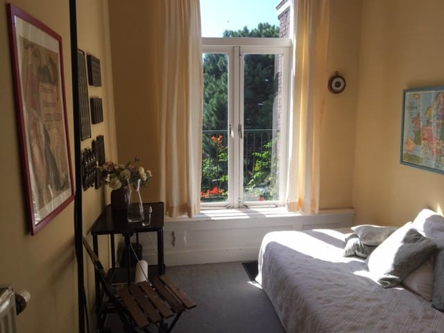 kleine slaapkamer met balkon