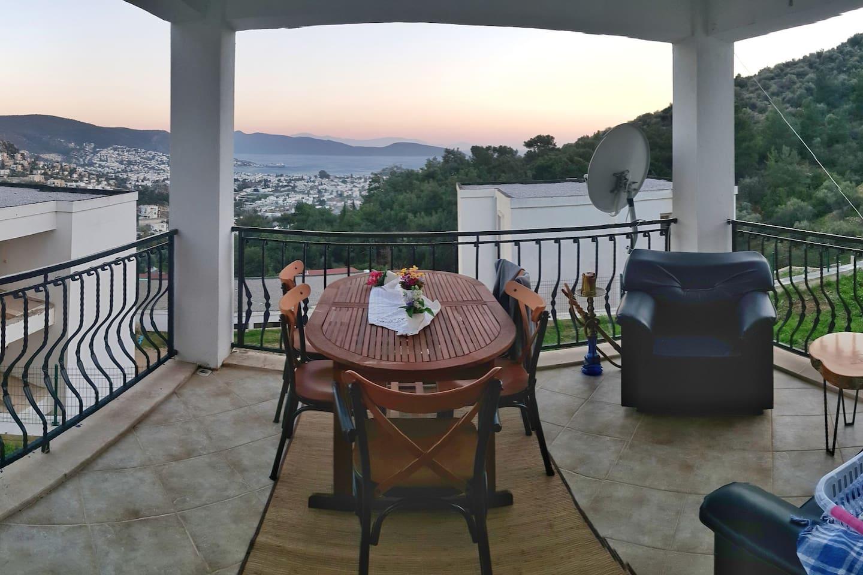 Ortak kullanim balkon yemek oturma alani