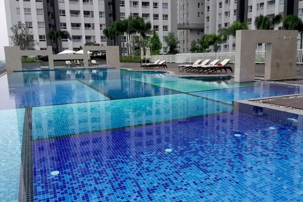 Free rooftop swiming pool with spacious view