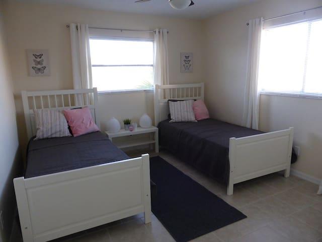 Schlafzimmer II mit zwei Einzelbetten / bedroom II with two twin beds