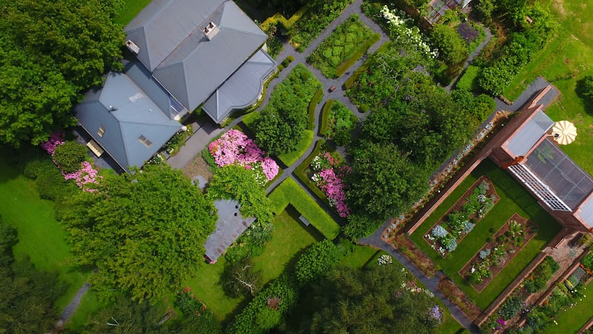 Heritage cottage within a garden. - Mole Creek - House
