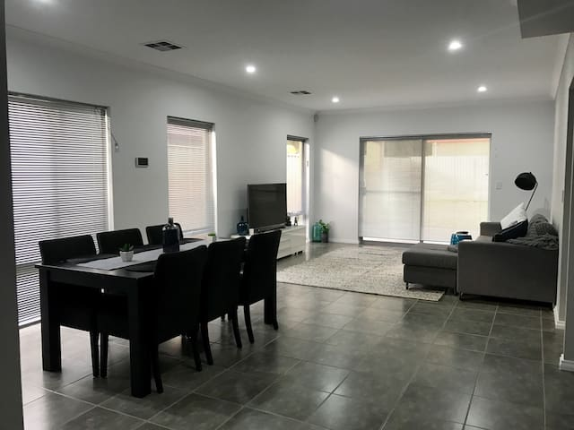 Modern and spacious room near to CBD & Airport. - Kewdale - บ้าน