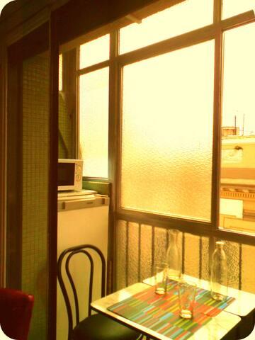 Balcón cerrado y luminoso para un desayuno soleado!