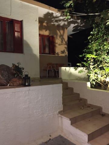 Άνετη γκαρσονιέρα στη σκιά πλατάνων - Λουτρά Αιδηψού  - House