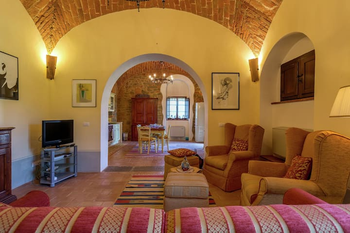 Elegant Farmhouse in Cortona with Swimming Pool