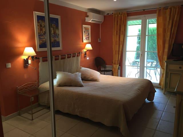 chambre 1 suite parentale avec un lit 160X200, terrasse privée