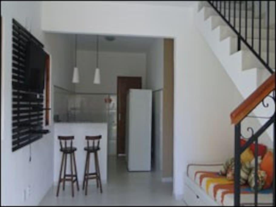 1º andar - sala com sofá cama, cozinha e banheiro