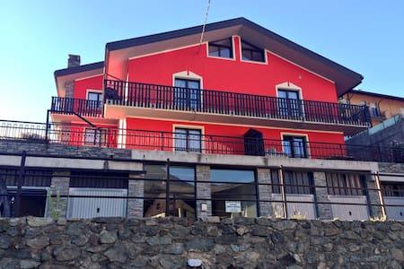 Nel cuore della Valle d'Aosta, un'ampia mansarda - Châtillon