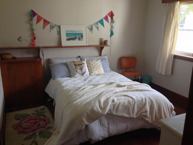 Sunny, comfy room close to town - Palmerston North - Hus