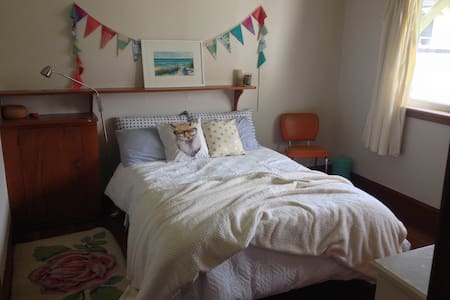 Sunny, comfy room close to town - Palmerston North