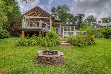 Recently updated home on Toccoa River close to downtown w/Central A/C & WiFi