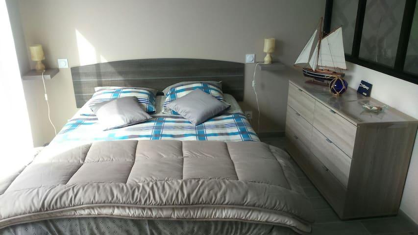 Chambre de 10 M2, confortable, avec commode de rangement linge