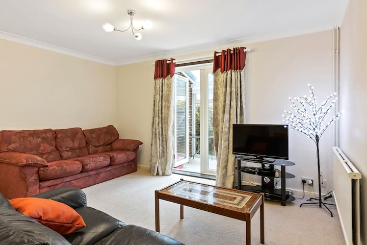 Cosy 2 Bed 2 Bath Home with Garden in Chiswick