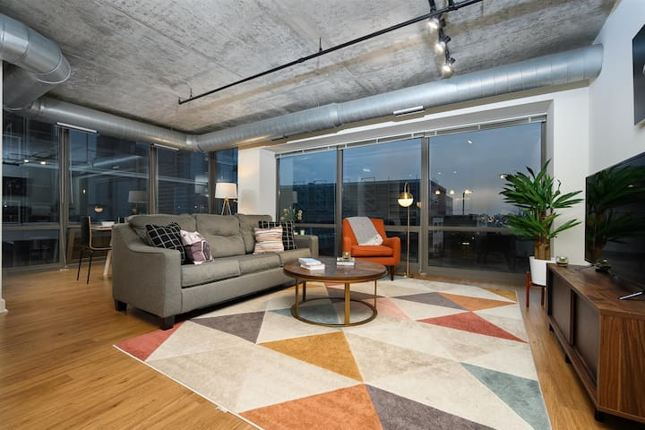 Kasa | Chicago | Sophisticated 2BD/2BA South Loop Apartment