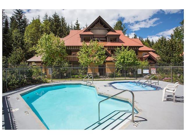 'Sunpath' - 1 Bedroom w/ pool & hot tub access - Whistler - Stadswoning