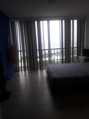 Habitacion principal con Cama Queen y baño privado closets y espectacular vista al Mar