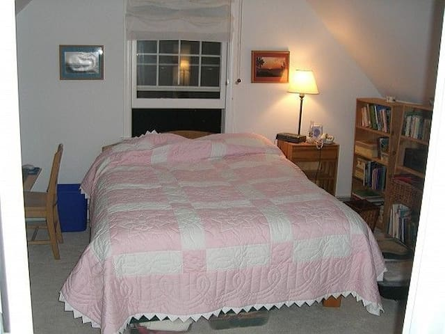 Lovely suite in a home by the beach - Stamford - House