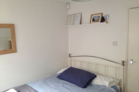 Great value! Modern room & wifi - Hastings - Apartment