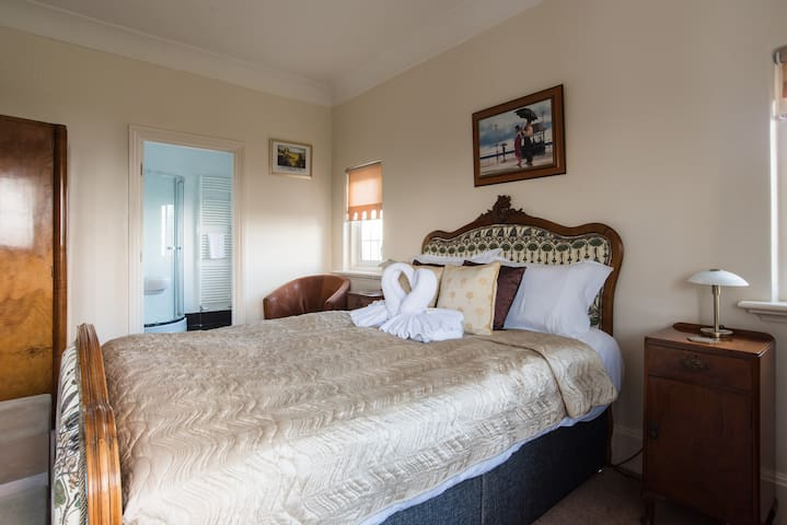 Bedroom 4, en suite, with a king size bed, and a single bed