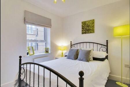 Beautiful modern double bedroom. - Crawley - Hus
