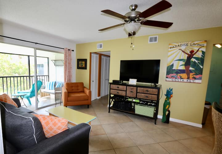 Siesta Key Condo with 2 QUEEN BEDS, Walk to Beach
