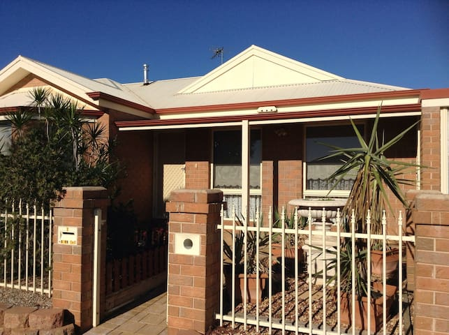 Sunny, Open Plan Living, with small Patio - Mildura