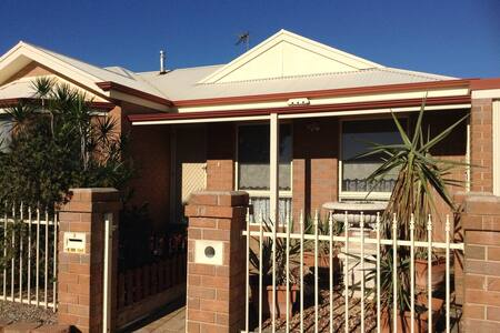 Sunny, Open Plan Living, with small Patio - Mildura - Ház